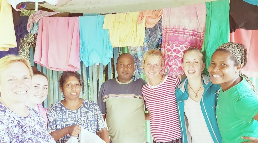 洗濯を終えたフィジーのボランティアたち
